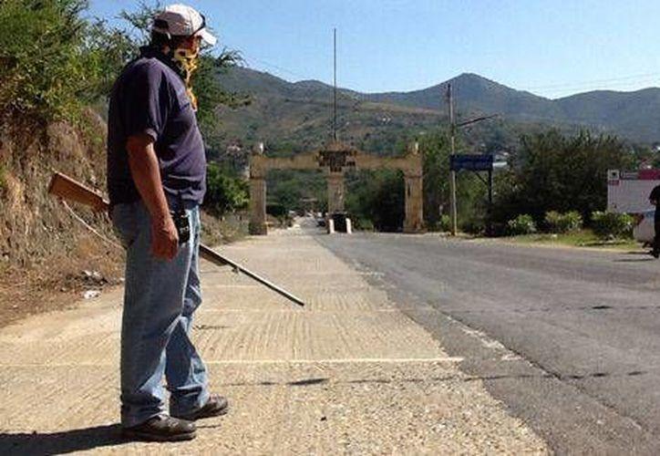 Miembros del Movimiento Ciudadano por la Seguridad instalaron retenes en Aplaxtla de Castrejón desde el pasado 27 de noviembre. (Milenio)