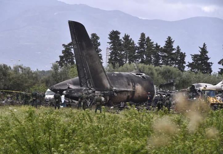 Equipos de emergencia en el lugar del accidente aéreo (Ryad Kramdi / AFP)