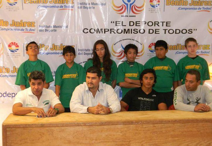 A la conferencia de prensa, además de Calzada, asistieron Miguel Moreno, director del Instituto del Deporte; Jonathan Forcada y Said Zavala, entrenadores de Lagartos. (Raúl Caballero/SIPSE)