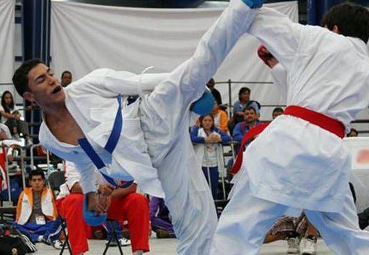 El karateca, Ryan Fernando Flores Comparán (i), se proclamó campeón en la división de -60 kilogramos de la categoría Sub-21, individual y por equipos, en el Campeonato Panamericano de Karate sub 21, en Santa Cruz de la Sierra. (Facebook: code.jalisco)