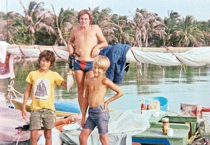 En la imagen, Chris Farmer junto con los hijos del hombre que lo asesinó. (Internet)
