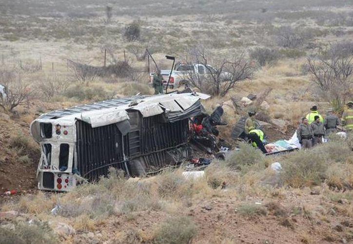 El autobús choco al tren en medio de los vagones y fue arrastrado por el convoy un poco antes de que este se detuviera. (twitter/@WolfSpirit2013)