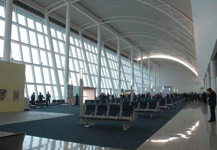 El Aeropuerto Internacional de Puebla Hermanos Serdán había sido cerrado por la continua actividad del volcán Popocatéptl. (Notimex)