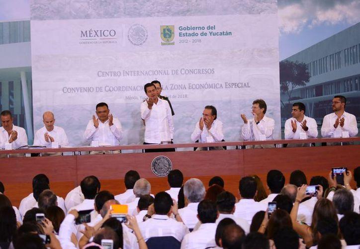 El presidente de México, Enrique Peña Nieto fue recibido por el gobernador de Yucatán, Rolando Zapata Bello. (Foto: Jorge Acosta/SIPSE)