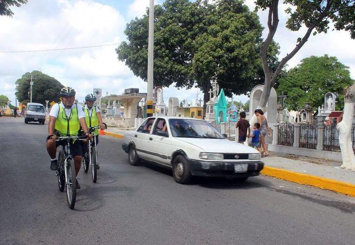 Los oficiales del programa DARE realizarán recorridos en bicicletas por el Cementerio General, el Panteón Florido y Xoclán para garantizar la seguridad de las personas. (Milenio Novedades)