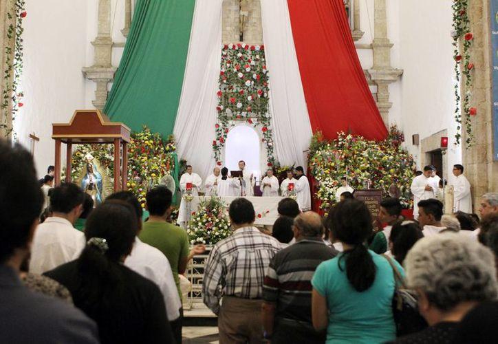 Cientos de fieles colmaron la iglesia de San Cristóbal. Imagen de la misa oficiada por Mons. Gustavo Rodríguez Vega, Arzobispo de Yucatán. (César González/SIPSE)