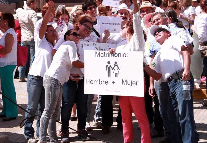 En varias ciudades se efectuaron concentraciones en pro de la familia. En la imagen, la manifestación que se realizó en la puerta de la Casa de Pueblo en Mérida. (Milenio Novedades)