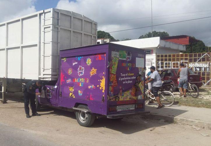 Un sujeto quedó prensado cuando intentaba huir con una camioneta que presuntamente acababa de robar, en la comunicad Carlos A. Madrazo. (Redacción/SIPSE)