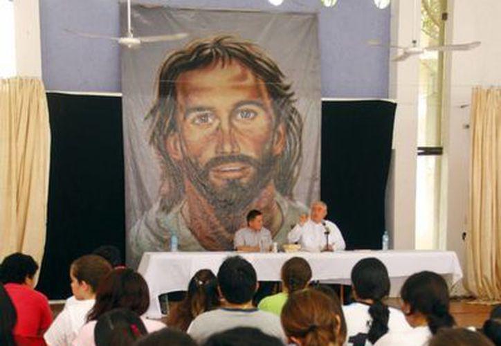 Decenas de jóvenes participan en la Pascua Universitaria en el Seminario Menor. (Juan Carlos Albornoz/SIPSE)