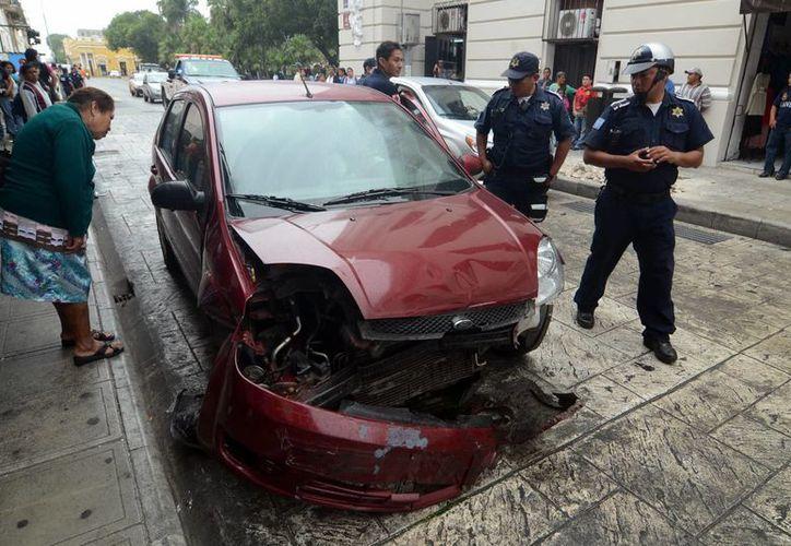 La conductora de un Ford Fiesta chocó contra una ambulancia en calles del centro. (Cuauhtémoc Moreno/SIPSE)
