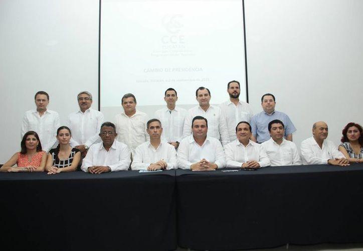 Imagen de los 16 presidentes de organismos empresariales que conforman el CCE durante la rueda de prensa. (Milenio Novedades)