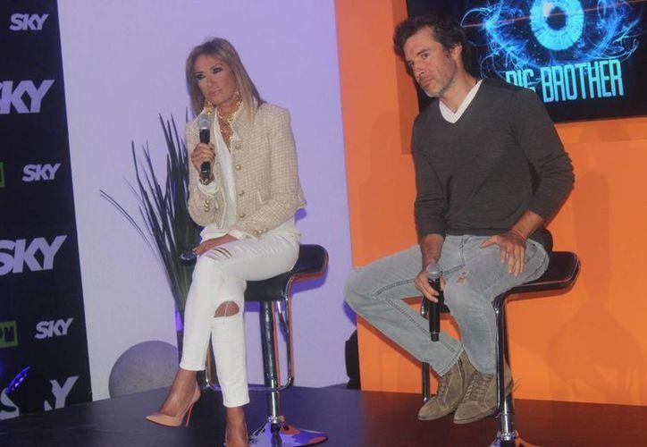 """Miguel Ángel Fox (d), productor de la nueva edición de """"Big Brother"""" en México, detalló los cambios en las reglas. En la foto, con Adela Micha, la conductora del reality. (Notimex)"""