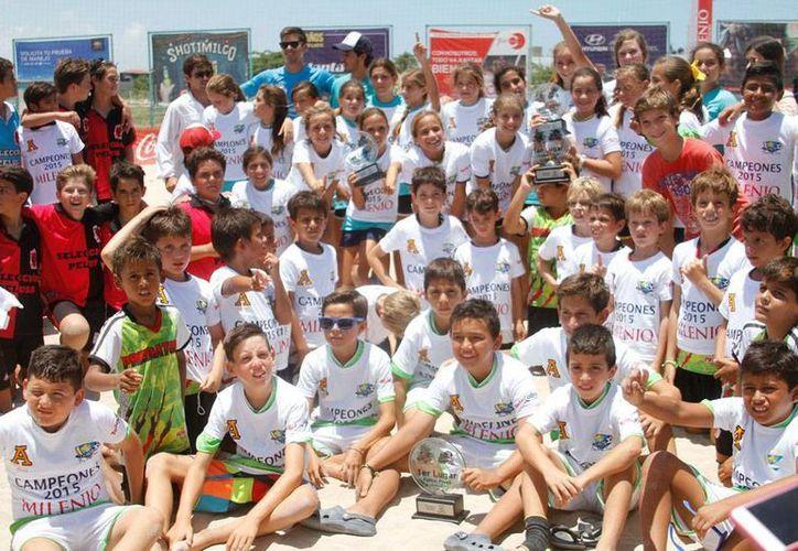 Este fin de semana concluyó La Reta By The Sea Beach Soccer Cup, en las playas de Yucatán. En la imagen, uno de los campeones de las diferentes categorías. (César Gónzalez/Milenio Novedades)