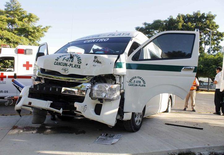 Al lugar del accidente llegaron los paramédicos de la Cruz Roja. (Yajahira Valtierra/SIPSE)