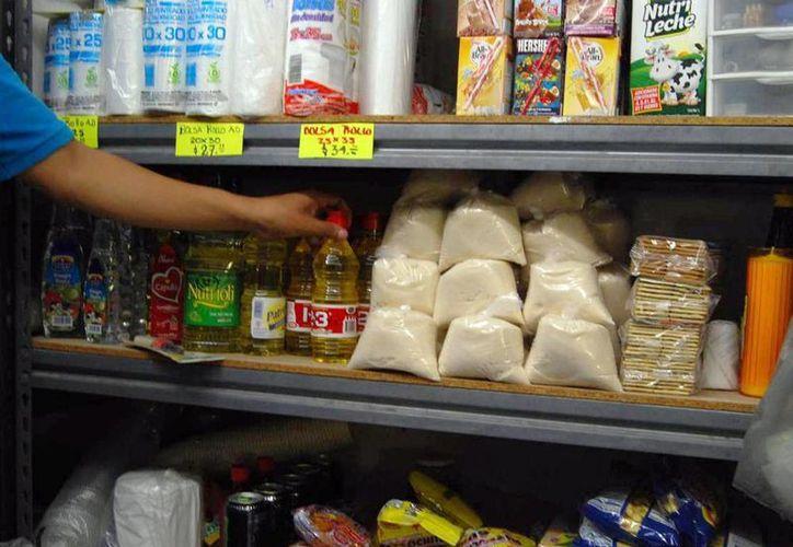 """El nuevo programa """"Comités de Consumidores"""" tiene el propósito de contribuir a una nueva era en el consumo y en el ahorro de las amas de casa. Imagen de una mujer comprando  productos básicos en una tienda. (Archivo/SIPSE)"""