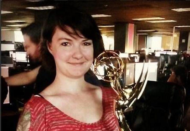 Katherin Chapell, editora de series exitosas como Game of Thrones, falleció en una safari en África al ser atacada por un león. En la foto, con uno de los premios Emmy que ganó. (excelsior.com.mx)