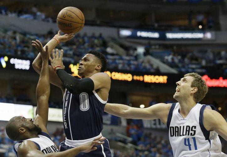 En el tercer juego de la serie, Thunder de Oklahoma City se impuso 131-102 a Mavericks de Dallas. (AP)