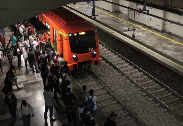 El agente Benjamín Solís logró evitar que Ángel se aventara a las vías del Metro para quitarse la vida. (Archivo/Notimex)