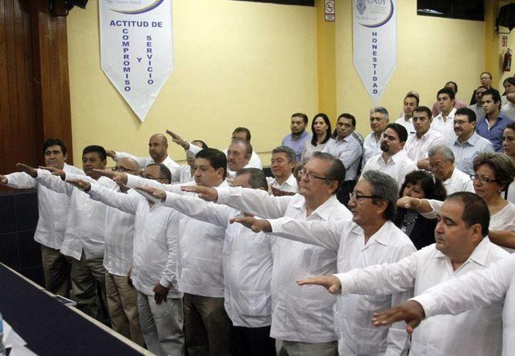 Los nuevos dirigentes del Consejo Directivo de la Asociación de egresados de la facultad de Contaduría y Administración de la Universidad Autónoma de Yucatán, rindieron protesta ayer. (Milenio Novedades)