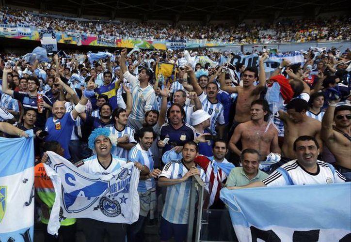 Aficionados argentinos celebran  la segunda victoria de su selección en el Mundial de Brasil. Esta vez ante Irán. (Foto: AP)