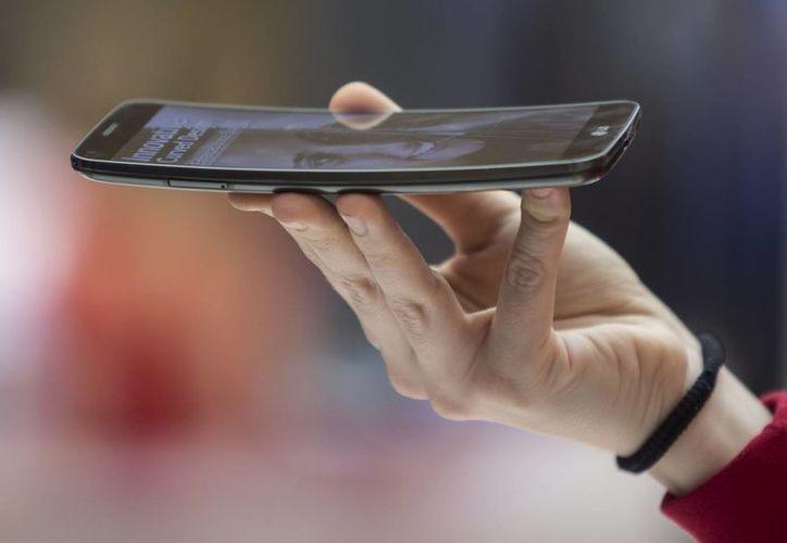 La compañía LG presentó sus modelos de pantalla curva durante el Congreso de Barcelona. (Notimex)