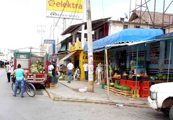 En esta temporada vacacional surgen numerosos puestos de vendedores ambulantes que no cuentan con registro ni permisos.