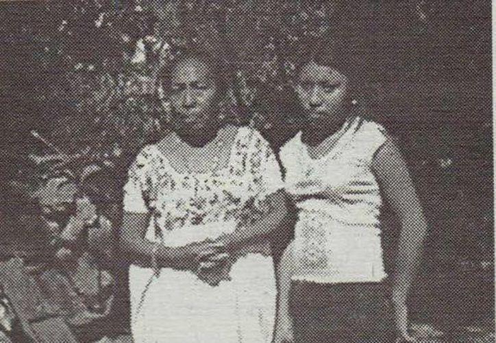 La joven Dalia May Fuentes y su madre doña Teresa Fuentes, en foto tomada en el año 2004, días después de que la primera vio un 'ser maligno'. (Jorge Moreno/Milenio Novedades)