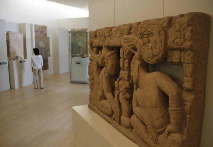 En la gráfica  una réplica de un retablo tallado en piedra de la zona de Palenque, Chiapas. (Israel Leal/SIPSE)