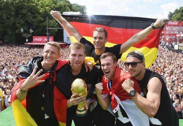 Los alemanes festejaron a lo grande con sus aficionados. (timeslive.co.za)