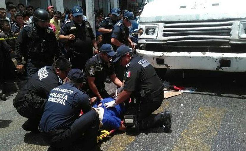 Una autobús de la ruta 'Centenario' atropelló a un limosnero que cruzaba la calle, en el Centro de Mérida. El anciano, además de los golpes, terminó con luxación en la cadera. (Luis Fuente/SIPSE)
