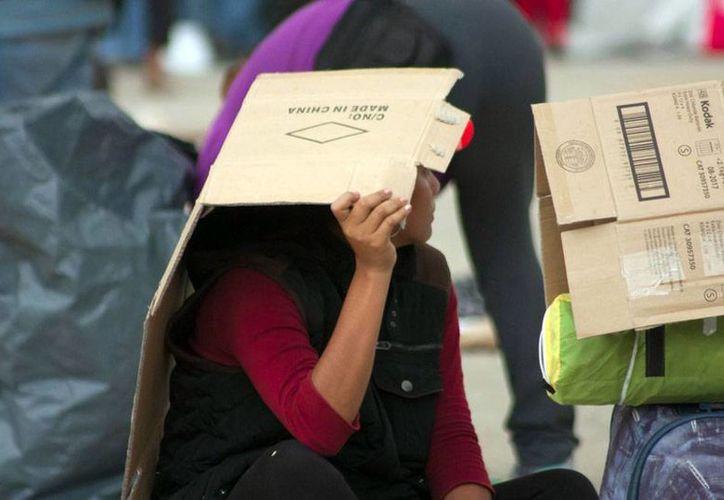 La SEP aplicó descuentos a profesores que faltaron a clases el 12 de octubre pasado, por una huelga convocada por la CNTE. La imagen, de una profesora que protesta en la Ciudad de México, está utilizada solo con fines ilustrativos. (Archivo/NTX)