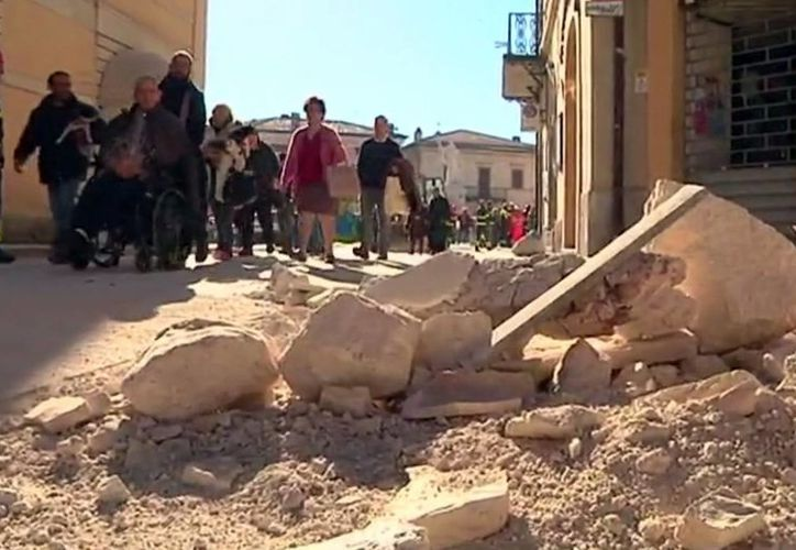 Bomberos retiran escombros que cayeron de un edificio en Norcia, Italia, tras el terremoto con magnitud preliminar de 6.6 ocurrido la mañana del domingo 30 de octubre de 2016 en el centro del país (AP/Gregorio Borgia)