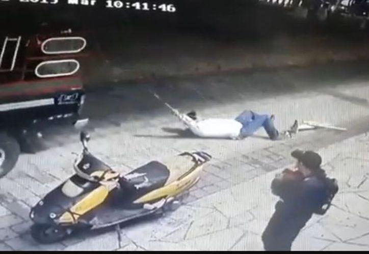 El alcalde quedó colgado de la camioneta y fue arrastrado por la calle. (Internet)