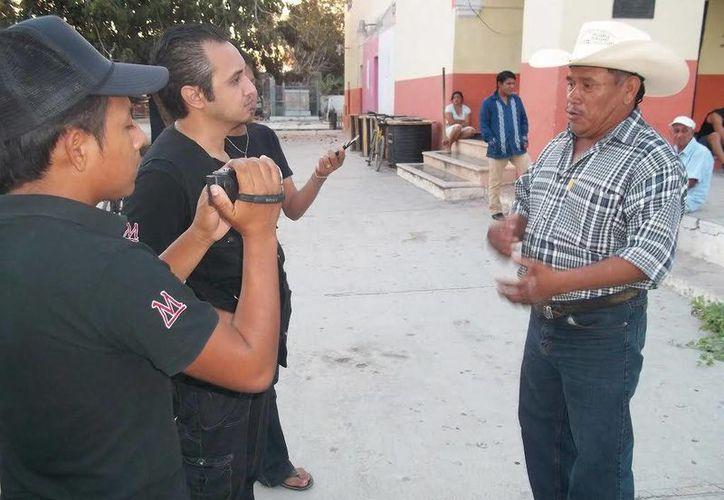 Don Jacinto Millán, quien asegura que vive en una casa embrujada, durante la entrevista en Tahmek. (Jorge Moreno/SIPSE)