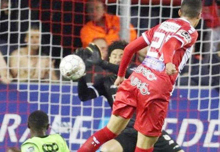 El guardameta le gana la partida a su compatriota Omar Govea en la Jupiler Proleague (Foto: Zócalo)