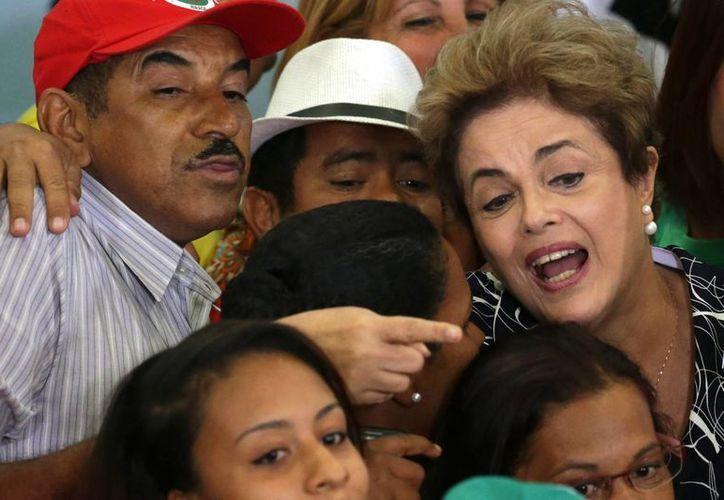 La presidenta de Brasil, Dilma Rousseff, posa junto a unos de sus seguidores después de una ceremonia que encabezó en Brasilia, Brasil. (Agencias)