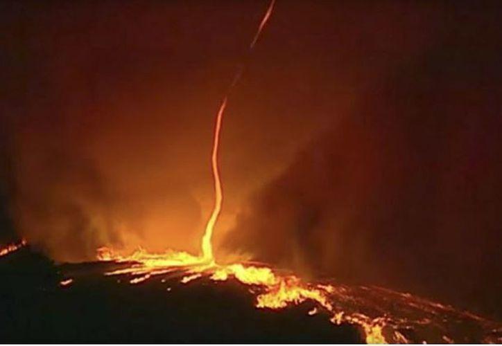 El tornado surge a partir de incendios forestales a consecuencia de las corrientes de aire cálido y seco. (RT)