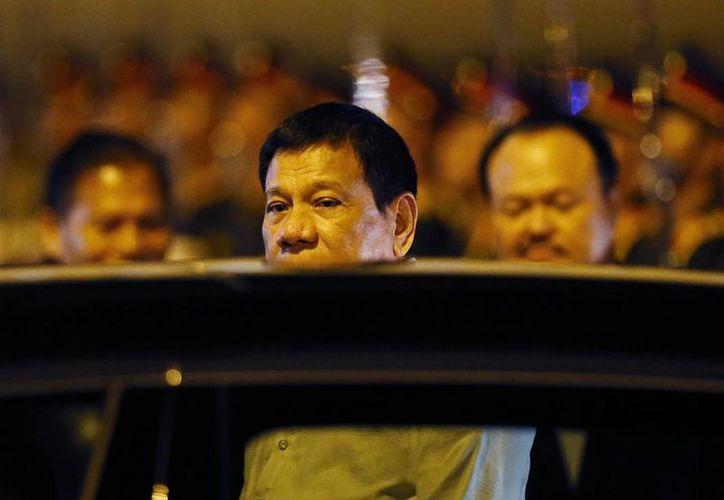 El presidente de Filipinas, Rodrigo Duterte, aborda una limousina tras arribar a Laos, Vietnam, el 5 de spetiembre de 2016, donde asiste a la cumbre de la Asociación de Naciones del Sudeste Asiático, donde tiene previsto reunirse con el presidente de EU, Barack Obama, a quien insultó antes de partir de Manila, Filipinas. (Foto: AP/Bullit Márquez)