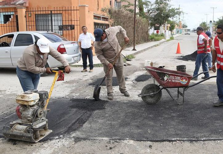 Para realizar el trabajo de tapar los baches se utilizan dos técnicas: la pavimentación y el bacheo. (Redacción/SIPSE)