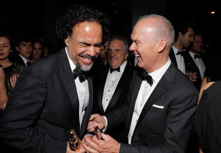 Iñárritu y Keaton festejan el triunfo de 'Birdman', como Mejor Película en la ceremonia de los premios Oscar 2015, cuya audiencia fue mucho menor a la de 2014. (AP)