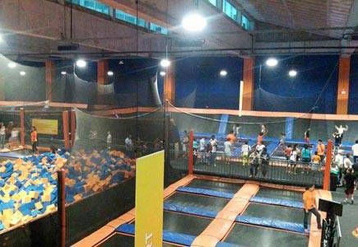 Sky Zone Cancún cuenta con alberca de espuma, cancha de baloncesto y trampolines. (Foto/Internet)