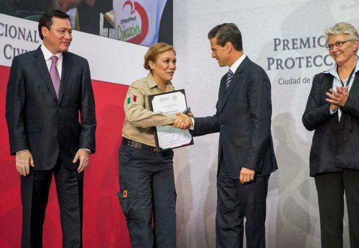 Peña Nieto destacó la solidaridad y entrega que los mexicanos han demostrado en emergencias como la del sismo de 1985, al entregar el Premio Nacional de Protección Civil 2015. (Presidencia)