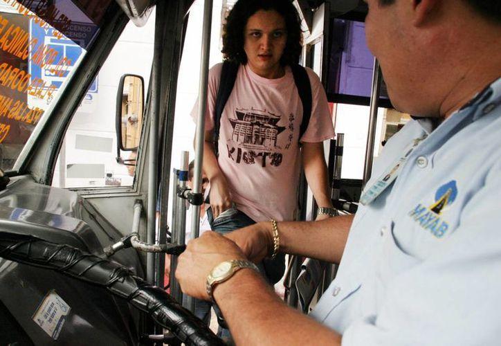 Suspende Situr la expedición de credencial para estudiantes. Imagen de contexto de un joven al momento de abordar a un camión de transporte público, en el centro de Mérida. (Archivo/Milenio Novedades)