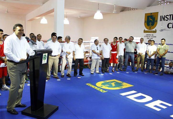 Entre sus actividades de ayer, el gobernador Rolando Zapata Bello inauguró el Centro Estatal de Box. (SIPSE)