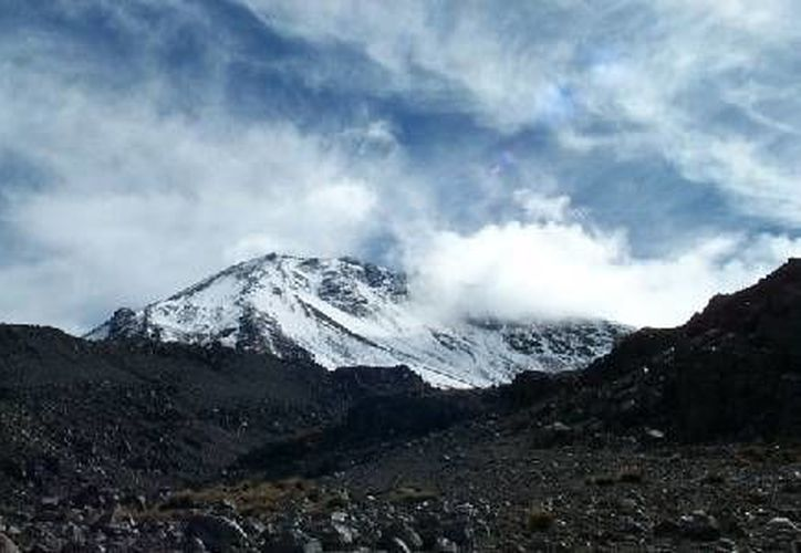 Imagen del volcán Citlaltépetl o Pico de Orizaba, en donde falleció un montañista que trató de evitar la muerte de un adolescente, su hijo, cuando intentaban escalar la cumbre. (cenapred.unam.mx)