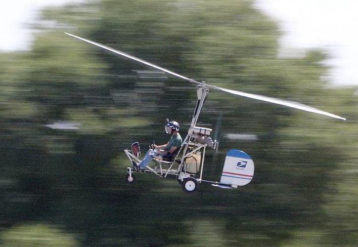 La policía no identificó inmediatamente al hombre que dirigió su aeronave en el jardín oeste del Capitolio. Imagen de contexto de Doug Hughes mientras vuela su girocóptero cerca del Aeropuerto Municipal en Wauchula, Florida.  (AP)