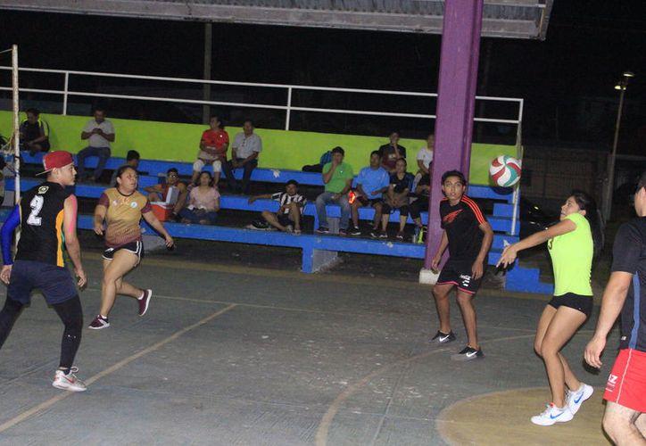 El domo deportivo de este parque recreativo vibró este día con los encuentros correspondientes a las semifinales de este torneo. (Miguel Maldonado/SIPSE)