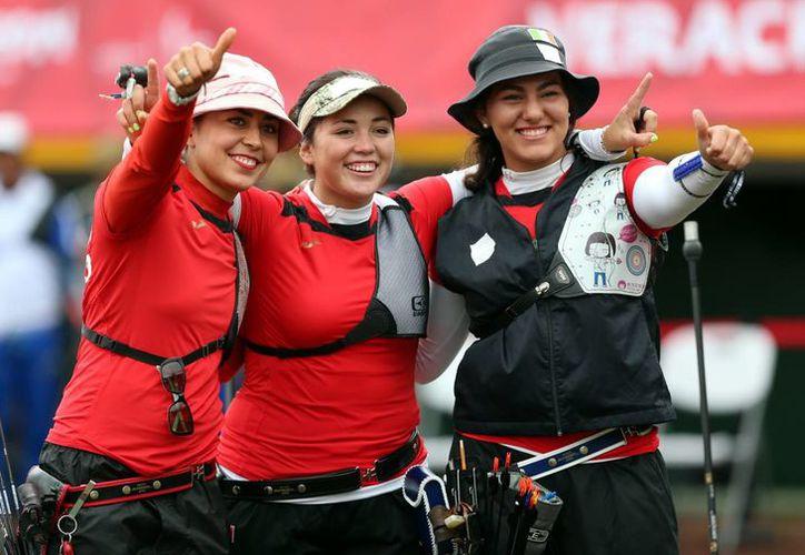 Las mexicanas Alejandra Valencia, Gabriela Ballardo y la subcampeona olímpica Aida Román, ganadoras de la medalla de oro en arco recurvo en Juegos Centroamericanos. (Notimex)