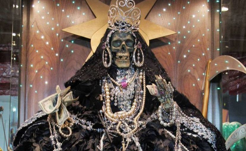 Las estampas y figuras de la Santa Muerte son muy solicitadas por inmigrantes latinos en los Estados Unidos. (Archivo/SIPSE)