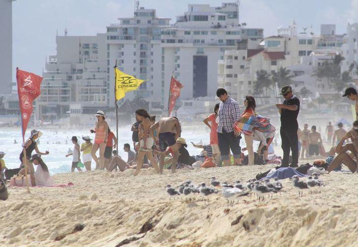 La cifra de ocupación ha aumentado en la última semana, lo que se puede apreciar en la cantidad de vacacionistas que acuden a las playas. (Sergio Orozco/SIPSE)